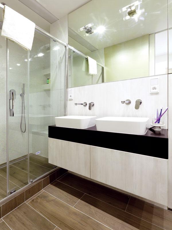 Pôvodné dve kúpeľne vbyte boli pre klienta zbytočné, radšej požadoval jednu veľkú a priestrannú, kde bude aj sprcha, aj toaleta.