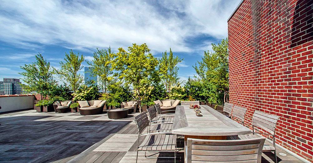 K lákadlám rozľahlého strešného apartmánu v newyorskej štvrti SoHo patria aj dve strešné terasy s celkovou rozlohou takmer 280 m2, samozrejme architektonicky dotvorené, so zeleňou a elegantným exteriérovým nábytkom.