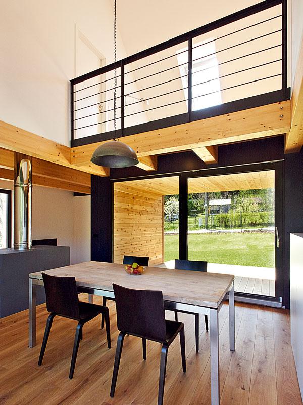 Jednoduchý moderný interiér má vsebe aj prvky tradičnej lokálnej architektúry, najmä vpoužitých materiáloch.