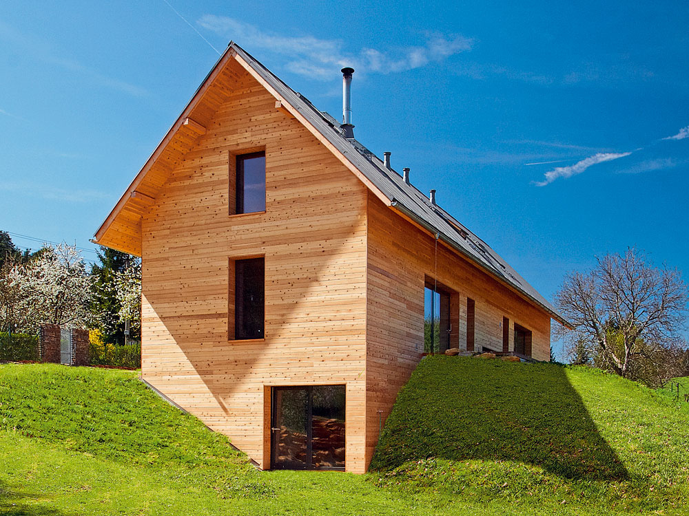Rodinný dom pre tri generácie si nechali postaviť na okraji lesa