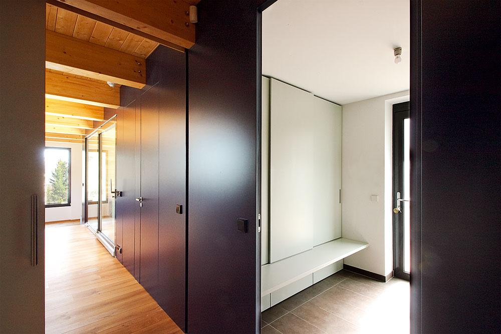 Vstup apredsieň sú spoločné časti aprízemie sa delí na dve rovnocenné časti pre dve generácie. Architekti vyriešili aj dostatok odkladacích priestorov, ktoré nijako nenarúšajú jednoduché ačisté línie priestorov.