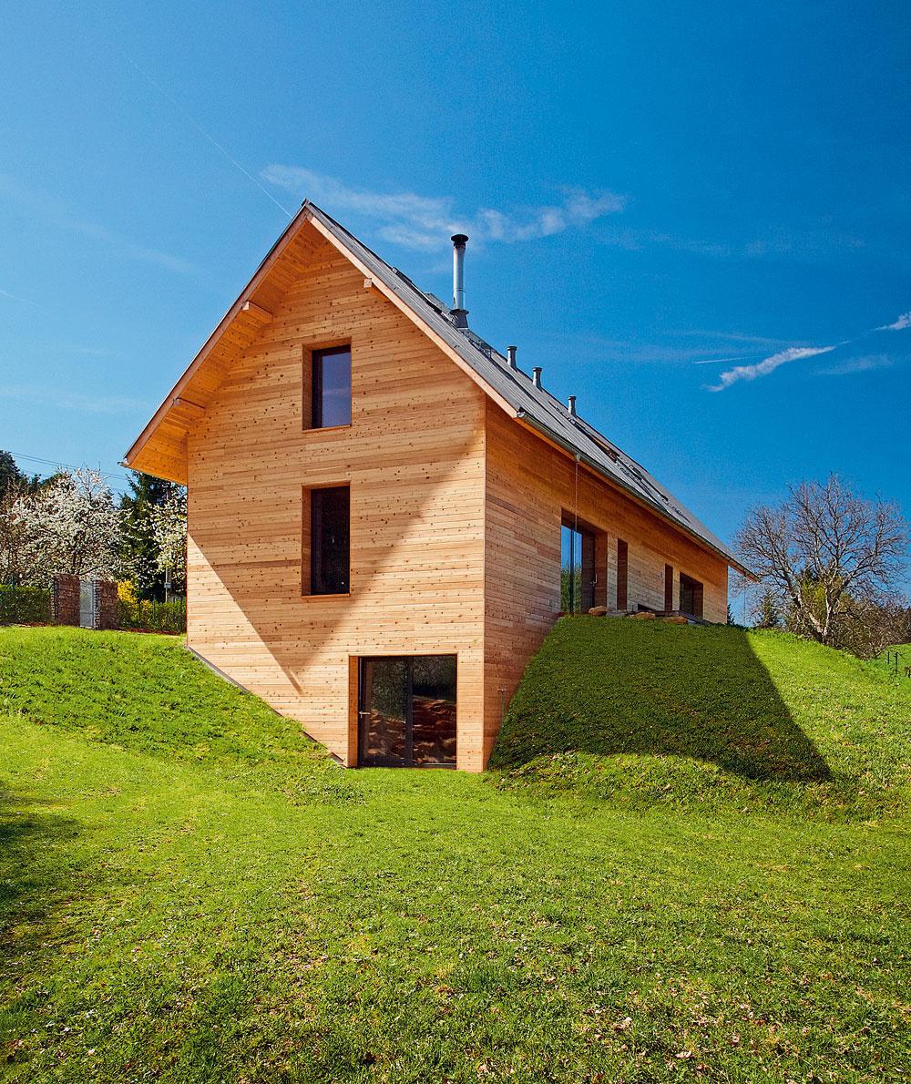 Majiteľka domu: Nechceli sme klasickú drevenicu, dom mal byť moderný, mal však zapadnúť do krajiny, predsa len sa pozemok nachádza na okraji chránenej krajinnej oblasti Český ráj.