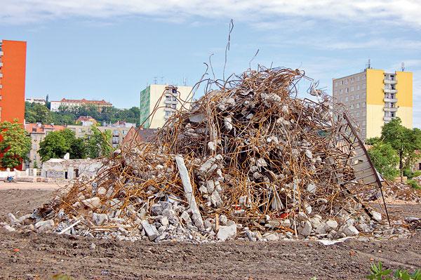 Komplikované oddelenie železa zo železobetónu, aby sa dalo znovu recyklovať. Každá výstavba, prevádzka domu anáročná recyklácia sa nakoniec viac či menej premietne do zhoršenia nášho životného prostredia.