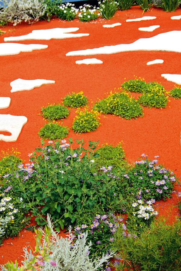 Vmodernej záhrade nájde uplatnenie aj farebný piesok. Vkombinácii s plochým prírodným kameňom pôsobí toto riešenie skutočne extravagantne.