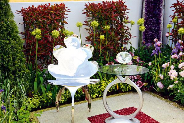 Posedenie na skle? Vmodernej átriovej záhrade bude iste silným magnetom pre oči plocha z miniatúrnych farebných sklených guľôčok.
