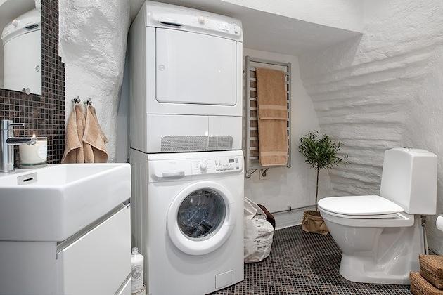 Kúpelňa sa prispôsobila priestoru.