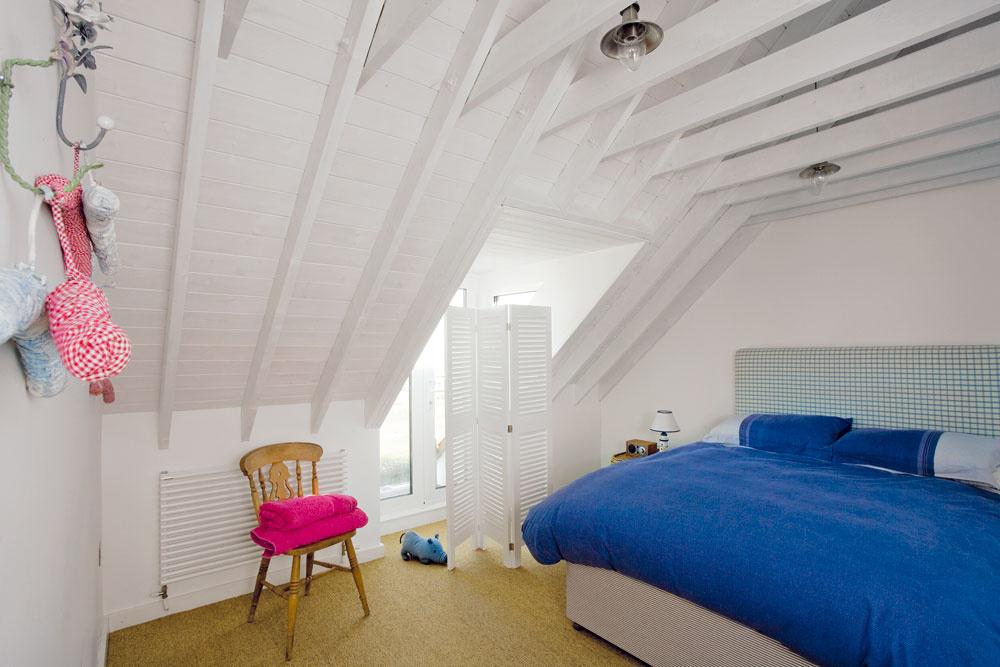 Spálňa pre hostí je rovnako ako ostatné spálne zariadená minimalisticky. Nachádza sa vnej len to, čo skutočne potrebujete.