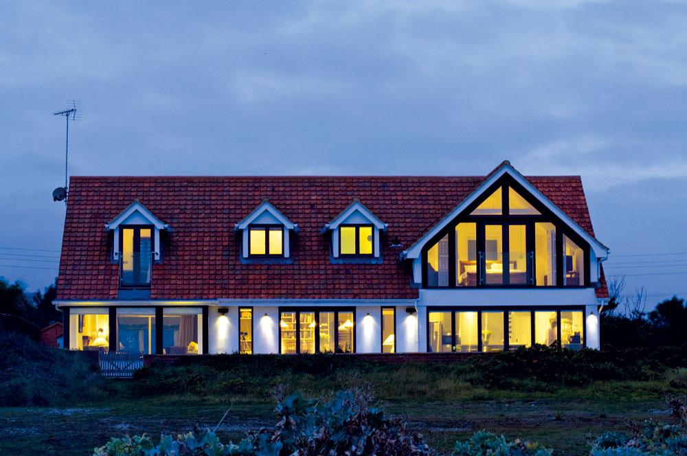 Zadná strana domu je nasmerovaná kmoru acez zasklenia vo všetkých priestoroch ponúka pohľad na more bez obmedzenia konštrukciami.