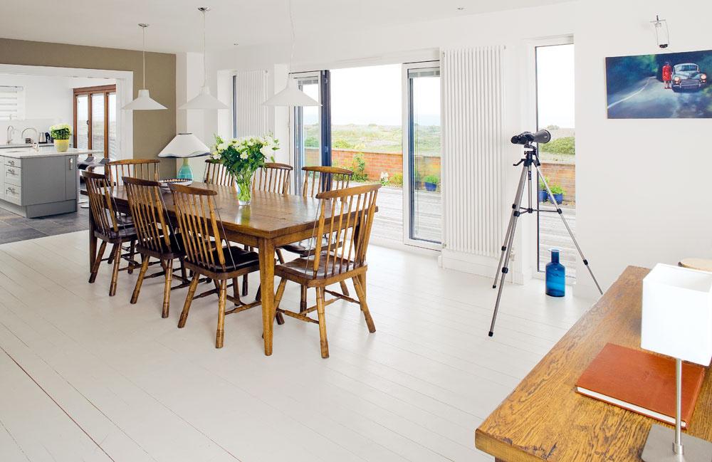 Srdcom domu je jedálenská časť obývacieho priestoru, ktorej dominuje veľký drevený jedálenský stôl sôsmimi stoličkami vo vidieckom štýle. Domáci ho kúpili vlondýnskom obchode so starožitnosťami.