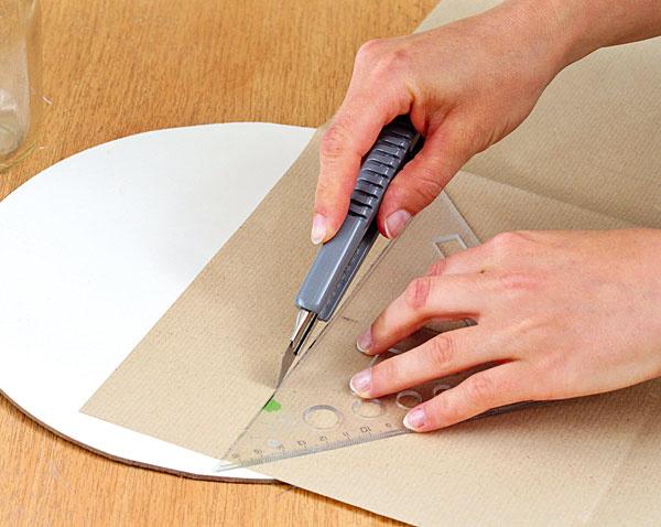 Požadované rozmery narysujte na hnedý papier a vyrežte. O niečo menší rozmer narysujte na farebný papier a tiež vyrežte.