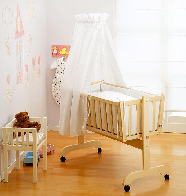 Na začiatok stačí vyčleniť bábätku miesto v spálni, kde umiestnite kolísku alebo postieľku.