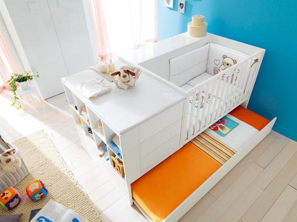 Praktické sú zostavy, postieľka a zásuvky s prebaľovacím pultom, ktoré môžete podľa potreby premeniť na klasické lôžko pre predškoláka a úložný nábytok k tomu.