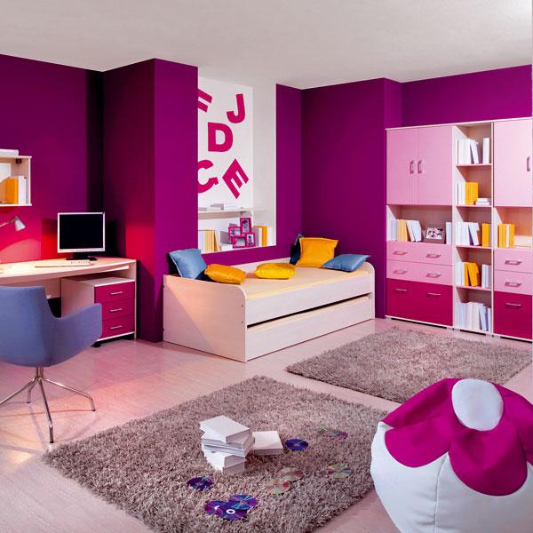 Dievčatám ružová z detských čias až tak prekážať nemusí, no možno ocenia jej sýtejší odtieň a hlavne tvarovo jednoduchší nábytok.