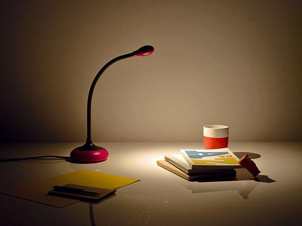Stolná lampa Play s LED zdrojom od Philipsu má pohyblivé rameno.