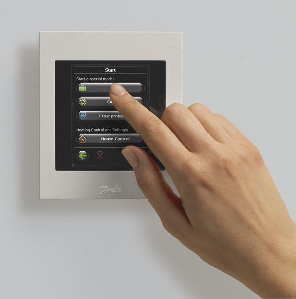 Centrálne ovládanie radiátorových termoregulačných hlavíc predstavuje najefektívnejšiu kontrolu spotreby energie asprávnej teploty tepla vdomácnosti. Systém kontroluje teplotu izby apodlahového kúrenia akejkoľvek miestnosti zjedného centrálneho bodu, pričom sa vykurovanie môže riadiť aj vkaždej miestnosti. Inteligentný bezdrôtový systém je schopný kontrolovať teplotu v50 izbách súčasne.