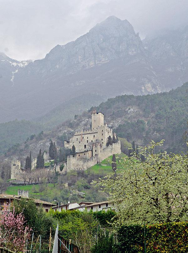 """Hrad Avio, známy tiež ako """"Castelo di Avio alebo Castello di Sabbionara"""", pochádza z 11. storočia a nachádza sa v oblasti Trentino neďaleko jazera Lago di Garda. Je to oblasť, kde stojí množstvo hradov z obdobia starovekých Rimanov. Slúžili na obranu údolia Val Lagarina, ktoré bolo tranzitným miestom. Na hrade sú pozoruhodné fresky historických vojenských víťazstiev z 13. storočia."""