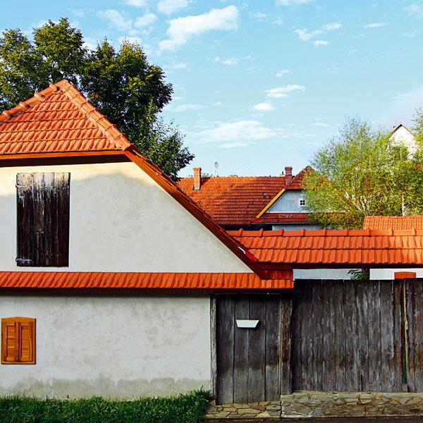Bolo by to veľmi pekné, keby novostavby a rekonštrukcie domov v našich dedinách rešpektovali typickú miestnu architektúru. Nemusíme stavať drevenice, ale výrazové prostriedky a detaily by mohli mať niečo spoločné s miestnou atmosférou. Presne ako tu.