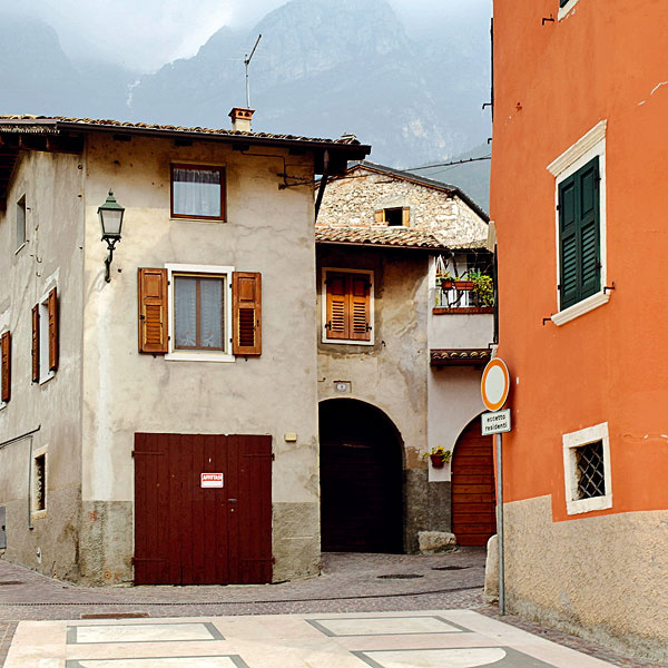 V niečom iná a v niečom veľmi podobná je atmosféra talianskej dediny alebo malého mestečka a toho nášho. Na juhu Európy sa nám páčilo (pre niekoho možno nepodstatný detail), že všetci v tejto dedine rešpektovali určitý typ brány do domu, ktorý sa tam zjavne používa od nepamäti, a aj nové vstupné brány boli z rovnakého materiálu a s rovnakým charakterom ako tie pôvodné.