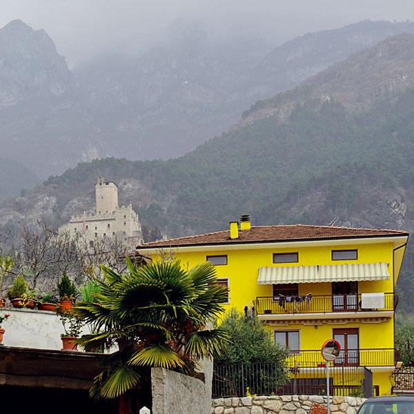 Nebudeme však iba chváliť. Aj v Taliansku sme našli nevkus a aroganciu voči okoliu a miestnemu charakteru. Odtiaľto si romantickú fotku neurobíte, aj keď sa o to nádherný hrad v pozadí veľmi snaží.