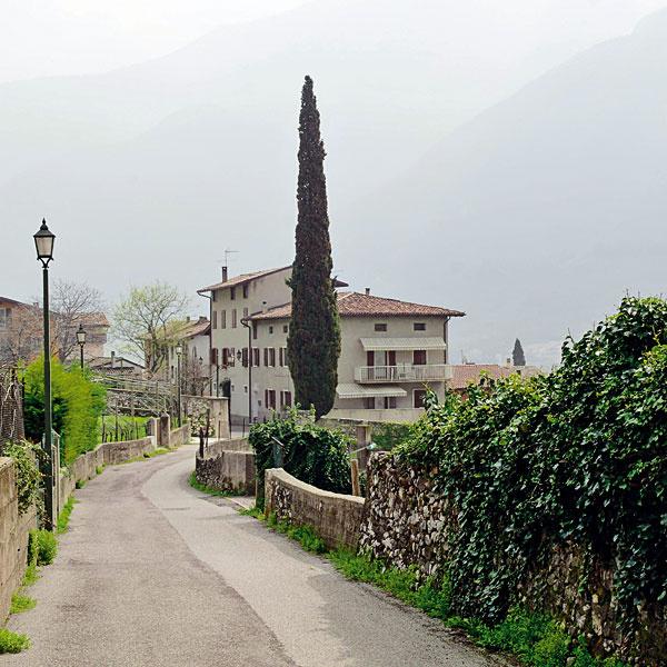 Horské mestečko Sabbionara v oblasti Trentino má ospalú atmosféru, kde sa akoby zastavil čas. Krásne miesto pre toho, kto miluje turistiku a nádhernú prírodu s duchom pravého Talianska.