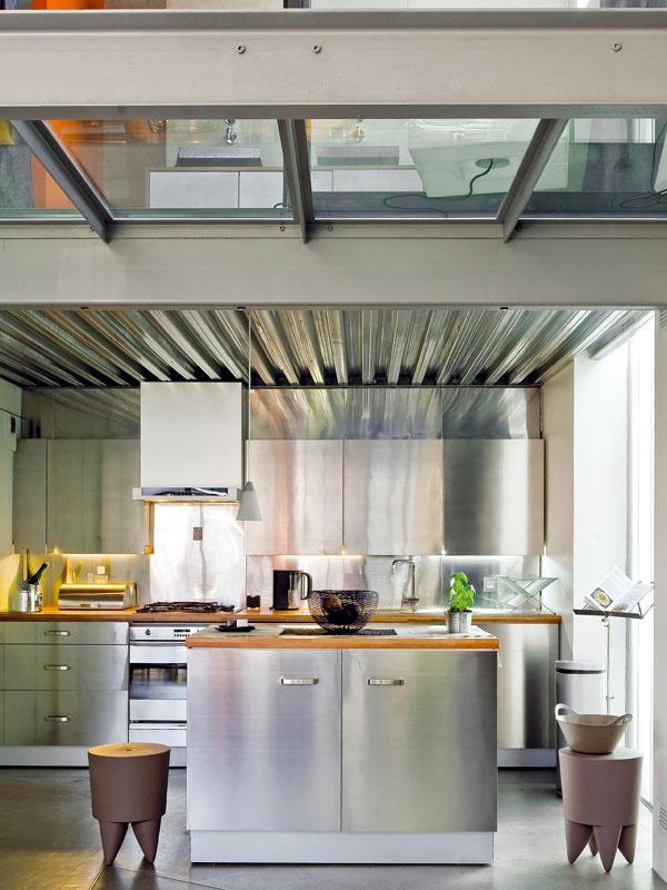 Modernú kuchyňu majitelia zariadili skrinkami z IKEA. Ich povrch tvorí výlučne nehrdzavejúca oceľ.