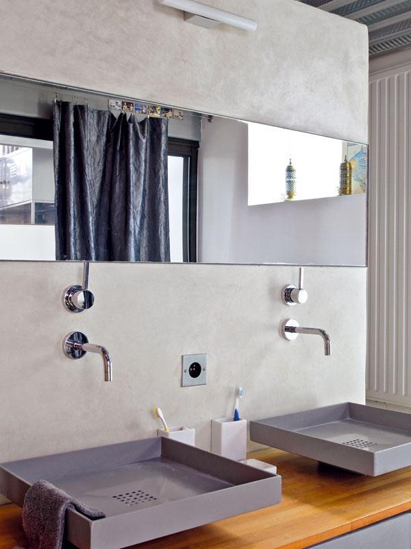 Atypické hranaté umývadlá oceľovosivej farby sú jednou z dominánt kúpeľne. Každý z majiteľov má svoje vlastné.
