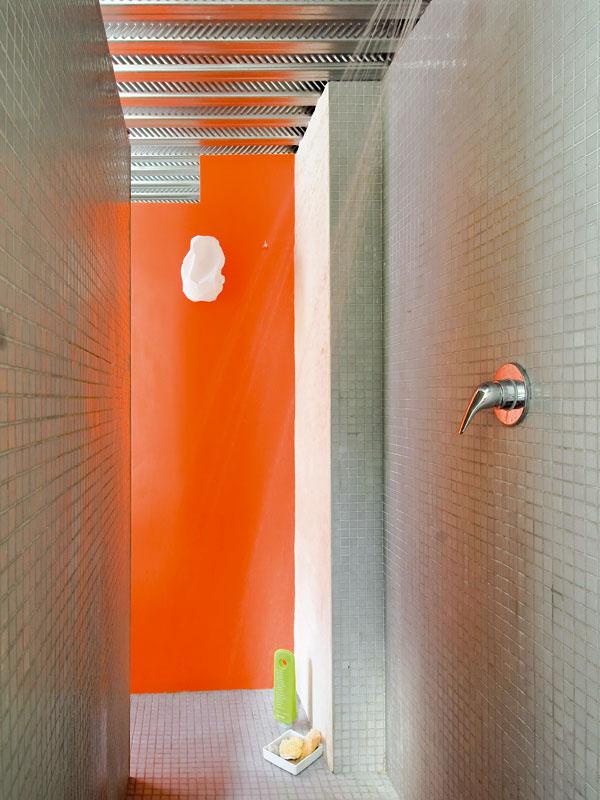 Sprchovací kút umiestnili za stenu s marockou štukou, do ktorej sú vsadené umývadlá. Je vydláždený talianskou mozaikovou dlažbou.