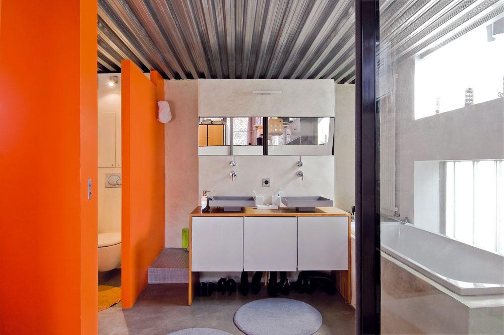 Priestranná kúpeľňa je podobne ako celý dom vďaka veľkým oknám krásne svetlá. Zvedavým pohľadom bráni mliečne sklo.