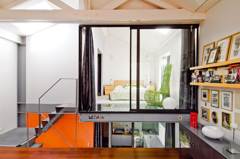 Otvorená koncepcia bývania, v rámci ktorej sú miestnosti oddelené len sklenými priečkami a dvermi, nie je pre každého. Majiteľom však plne vyhovuje.