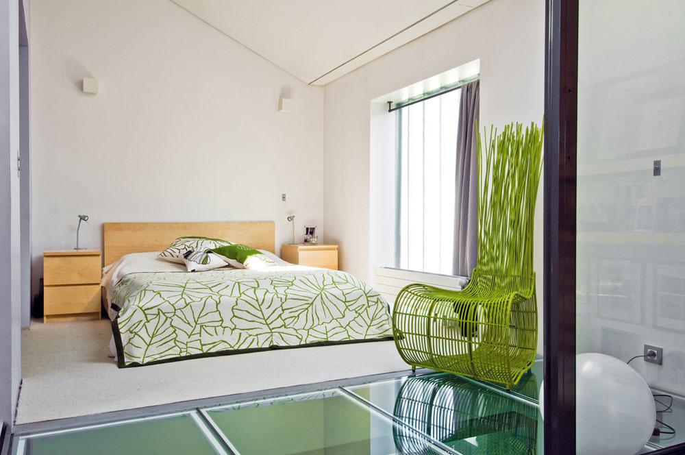V spálni majitelia zvolili sviežu zelenú farbu. Nechceli ju zaťažiť nábytkom, preto v nej nájdete len posteľ, nočné stolíky a kreslo na čítanie.