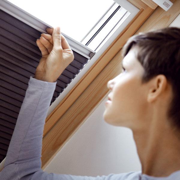 Strešné okná Univerzálnym riešením na strešné okná je kombinácia vonkajšieho avnútorného tienenia.