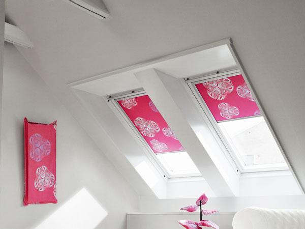 Kolekcia originálnych roliet na strešné okná vznikla zo spolupráce firmy VELUX aznámeho dizajnéra Karima Rashida. Rolety umožňujú úplné zatemnenie, takže sú ideálne do spální či detských izieb. Atraktívne potlače sú inšpirované digitálnymi technológiami akvetinovými motívmi (štyri vzory, každý vo dvoch farebných variantoch), ktoré skvelo doplnia moderný interiér. Vďaka metalickým efektom vyzerajú motívy ešte sviežejšie aplastickejšie.