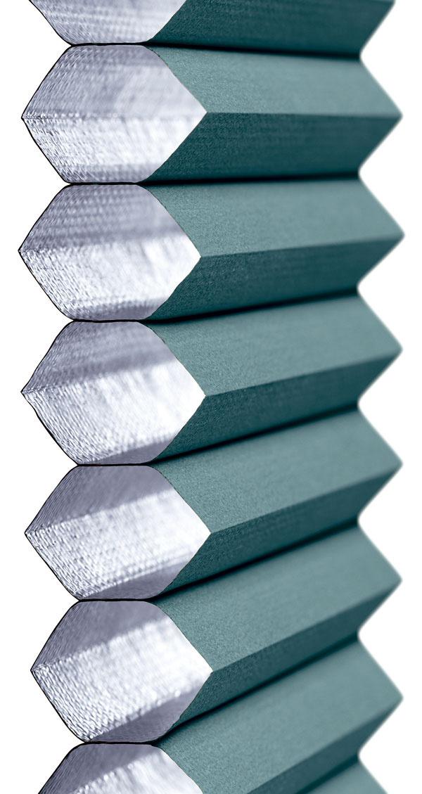 Dôležitý detail  Energeticky úsporná roleta  Dvojito plisovaná interiérová roleta sizolačnou hliníkovou fóliou na vnútornej strane reguluje priestup slnečného svetla, vytvára príjemnú vnútornú klímu azároveň pomáha šetriť energiou. Vzime zabraňuje úniku tepla zinteriéru, čím znižuje tepelné straty aušetrí náklady na vykurovanie. Použitím energeticky úsporných roliet FHC na strešných oknách sa dá vzime znížiť únik tepla až o34 %. Ovládanie pomocou spodnej ahornej lišty umožňuje flexibilné nastavenie do rôznych polôh, čím sa dá regulovať intenzita svetla vmiestnosti, pri zatiahnutí rolety sa interiér úplne zatemní.