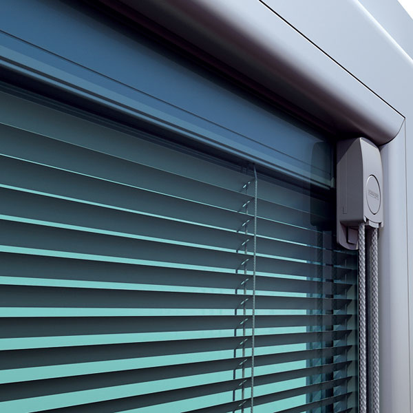 Medzi sklami Na rozdiel od interiérového tienenia, ktoré nemá výraznejší efekt pri regulácii prehrievania, dokážu tieniace prvky ScreenLine regulovať priestup svetla aj tepelného žiarenia sklom. Tieto horizontálne žalúzie, rolety aplisé sú určené do izolačných dvojskiel atrojskiel – inštalujú sa medzi tabule skla už pri výrobe, preto je potrebné objednať ich spolu soknom. Podobne ako interiérové tienenie nepotrebujú stavebnú prípravu, neušpinia sa však ani nepoškodia aredukujú rosenie skiel. Ovládajú sa rotačnými magnetmi alebo motorom (externým alebo interným), ktoré nenarúšajú tesnosť zasklenia.