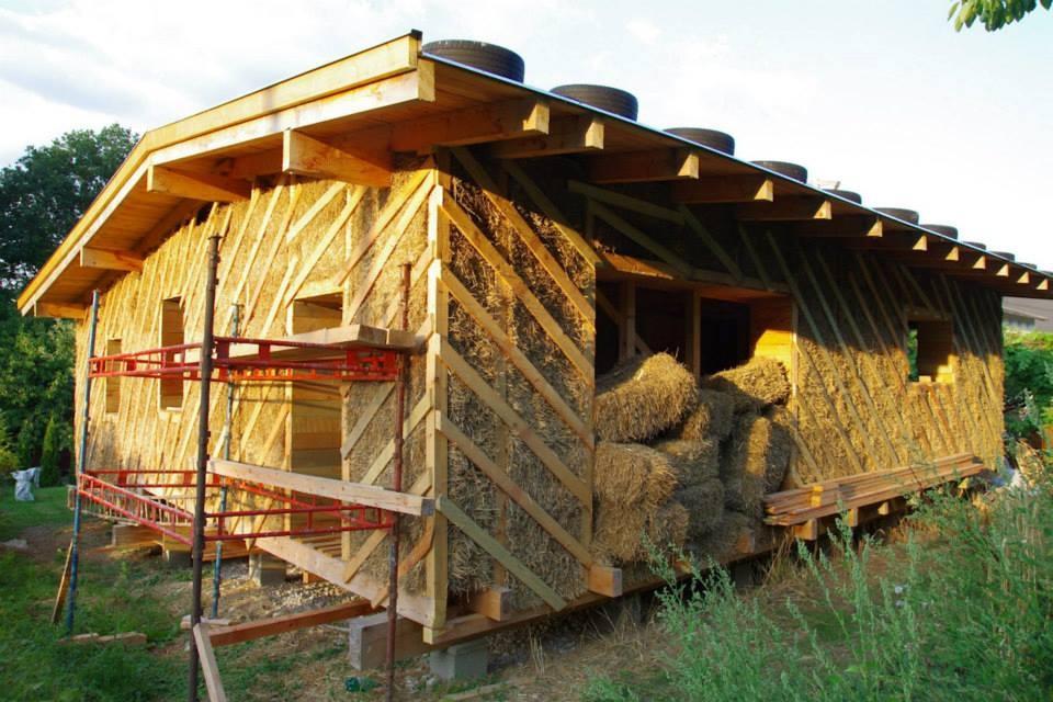 Šikovný Slovák stavia pri Prievidzi rodinný dom zo slamy a hliny