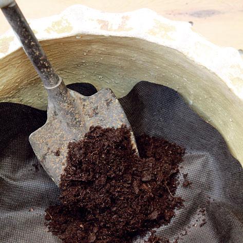 Na geotextíliu vysypte zeminu. Postačí vám univerzálny záhradný substrát.