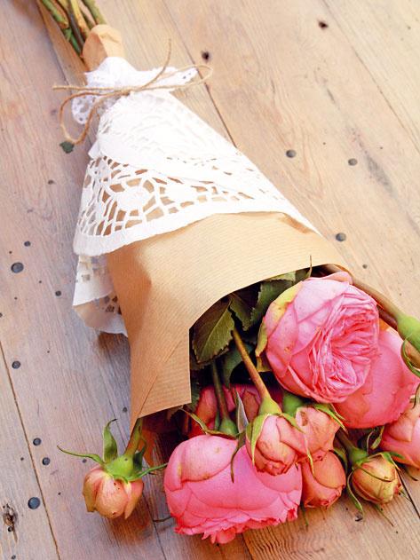 Ateliér Papaver radí Na návštevu môžete priniesť aj vlastnoručne zabalenú viazaničku rezaných kvetov. Pivonky, ruže či antirinum zabaľte do novinového, prípadne hnedého prírodného papiera, omotajte bielym čipkovaným tortovým papierom a previažte konopným špagátom alebo čipkou. Zabaliť ich môžete aj do tapety, ktorej vzor bude s použitými kvetmi ladiť.