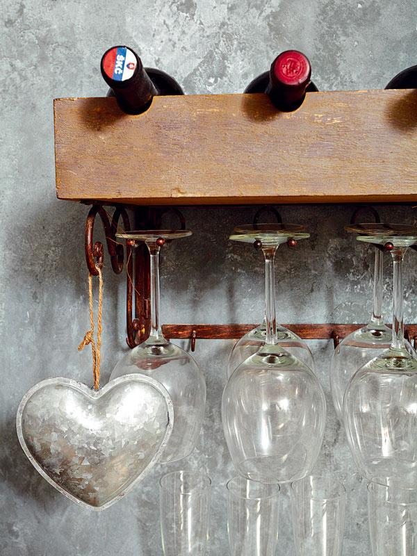 Každá vec má u Moniky a Romana svoje čarovné miesto… obyčajné poháre na stopke či fľaše vína.