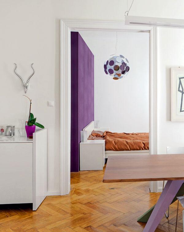 Pôvodná priechodná dispozícia hlavných miestností ostala zachovaná adodáva bytu vzdušnosť ahĺbku.