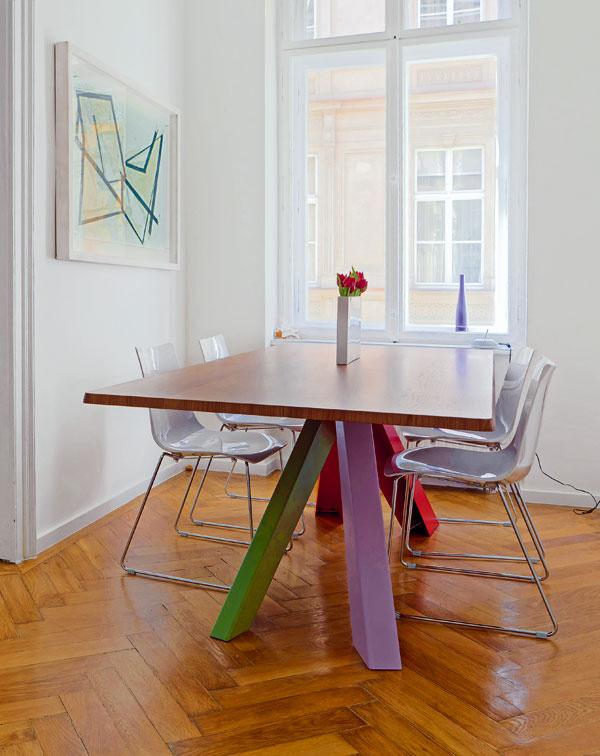 To je on! Za celkové farebné ladenie môže veľký jedálenský stôl od Bonalda. Aby vynikol, dopĺňa ho biela stolička, rovnaká ako farba na stenách, aminimum dekorácií.