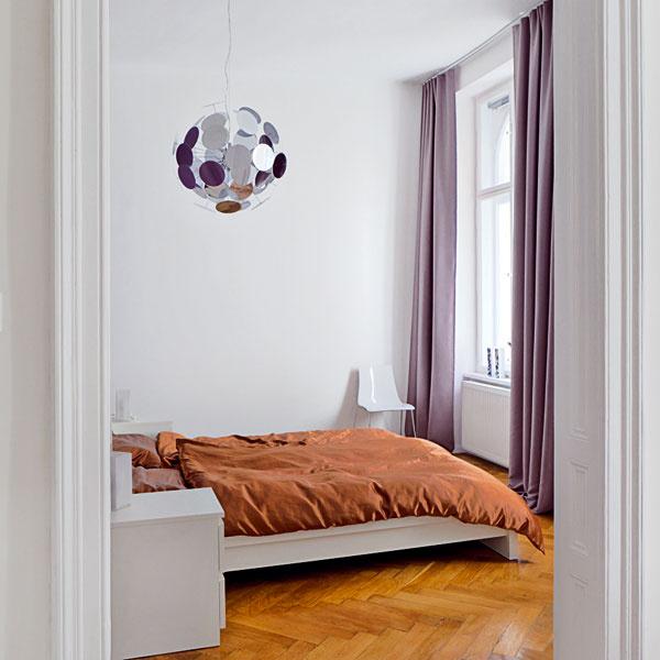 Spálňa je zariadená veľmi jednoducho, sdôrazom na zvolenú farebnosť, ktorá sa objavuje na textíliách.
