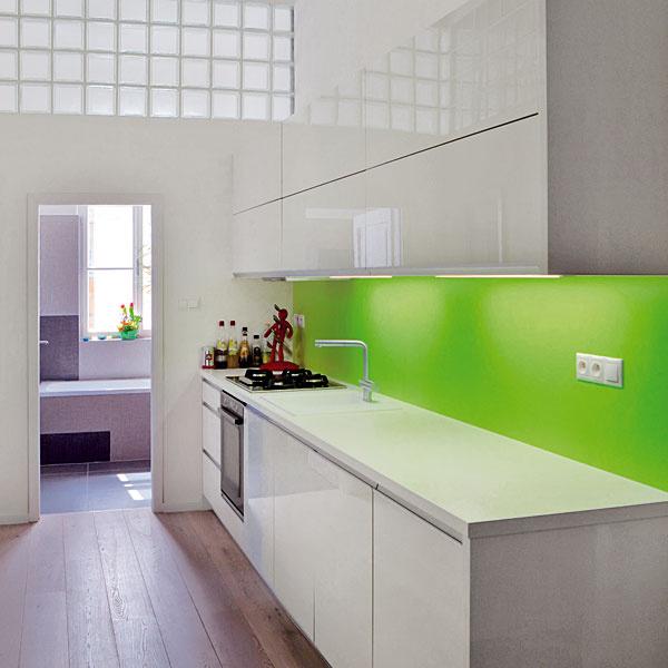 Kuchyňa sa nachádza hneď za malou vstupnou halou aprístup denného svetla sa vyriešil sklobetónovými tvárnicami. Jednoduchý dizajn kuchyne osviežuje zelená farba ako odkaz na farebnosť stola.