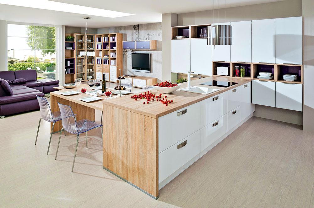 Dnes už je to kuchynský nábytok, nie kuchynská linka. Nábytok, ktorý tvorí kuchyňu, by pokojne mohol byť súčasťou obývačky. Trendom je uvoľnenosť, optické a priestorové splynutie týchto priestorov.