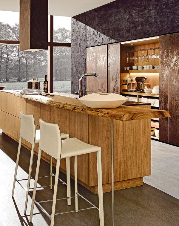 Nový trend hľadá dokonalú kombináciu prírodných materiálov, ktoré obstoja v skúške času. Napríklad prírodné, hrubo otesané dubové dosky a keramický povrch. (foto: Rational)
