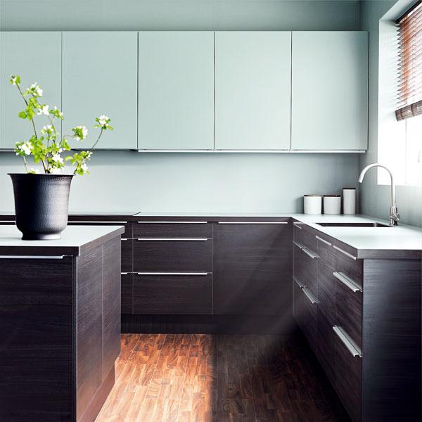 Zaujímavou novinkou je bledomodrá farba v kuchyni. Všimnite si, že aj pracovná doska má rovnaký odtieň ako celá vrchná časť kuchyne.