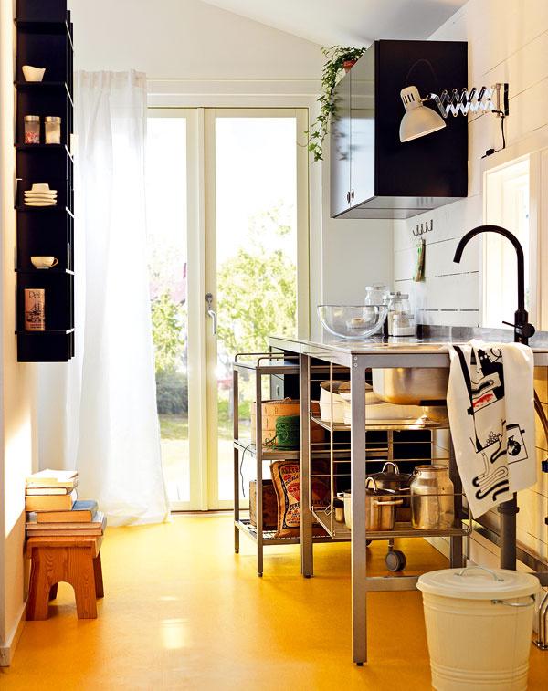 Industriálny štýl si stále drží svoju pozíciu vo svete dizajnu a presúva sa z veľkých drahých kuchýň aj do malých bytov, kde vytvára luxusne technický vzhľad. Podstatná je jednoduchosť.