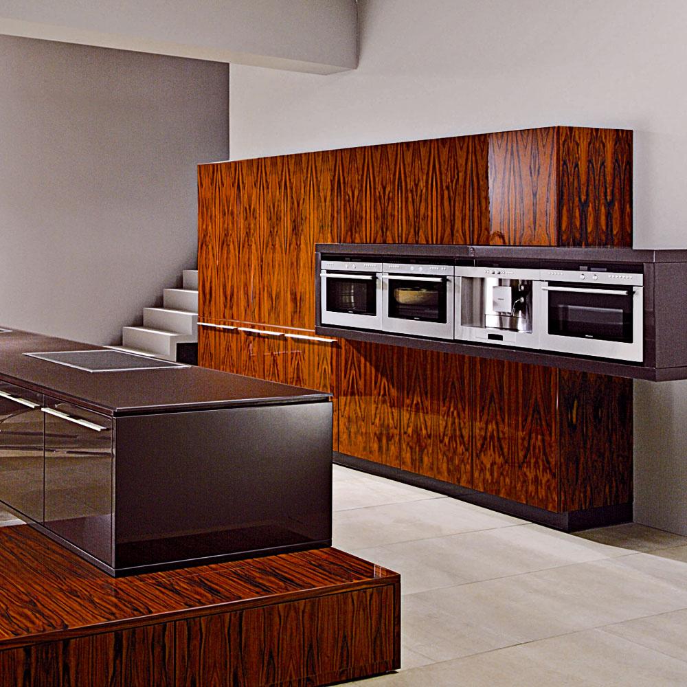 Drevo a drevený dekor zohrávajú dôležitú úlohu v kuchynskej architektúre súčasnosti a prinášajú autentický efekt. Vysokým leskom sa k tomu pridáva punc luxusu, ktorý zároveň korešponduje s trendom individuality.