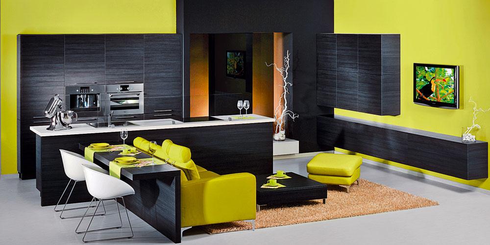 Čierna prináša eleganciu a nie je vylúčená ani v malých priestoroch, ak sa oživí inou veselou farbou, napríklad veľmi populárnou olivovou.