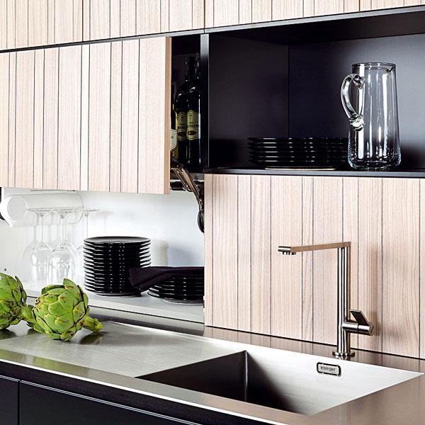 Spolu s hĺbkou pracovnej dosky sa zväčšuje aj hĺbka spodných skriniek. Tým vzniká možnosť využiť priestor v záhlaví, nemusí byť len obyčajnou obloženou stenou. Trendom je praktické miesto na uloženie drobností, ktoré by inak zapratávali kuchynskú dosku.