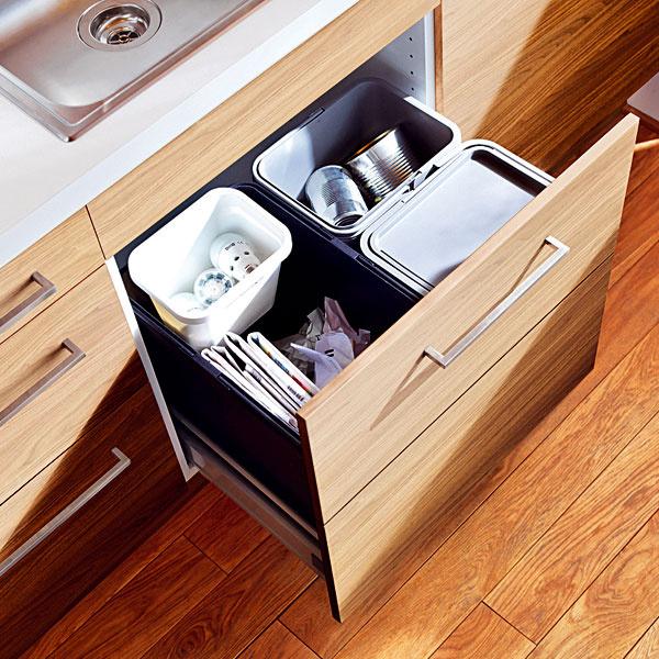 Nepodceňujte dostatočne veľké, dobre navrhnuté miesto na odpad. V kuchyni sa tvorí veľa odpadu, takže využite čo možno najviac moderných technických vymožeností a zbavte sa množstva smetí, ktoré sa už momentálne do koša nezmestia. Skúste lis na odpadky. Drvič a systém kontajnerov na triedený odpad by už mali byť samozrejmosťami.